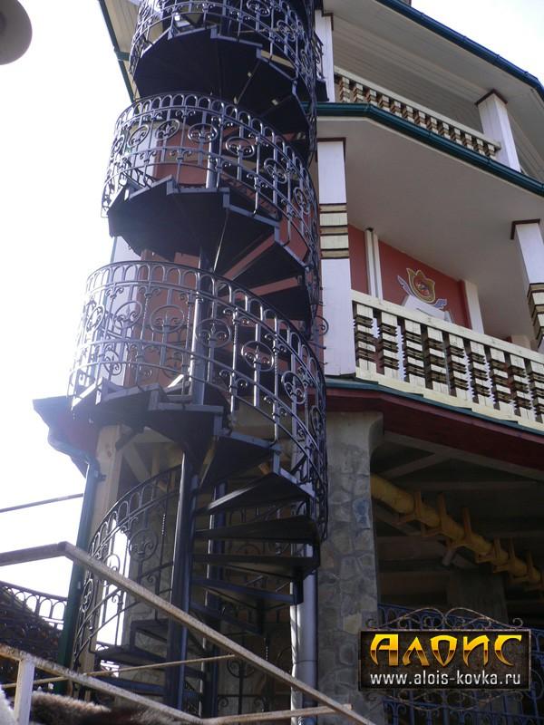 Ажурные кованые лестницы наружные для зданий
