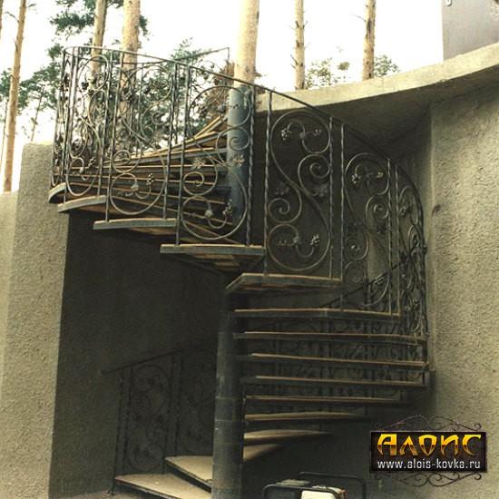 Винтовые кованые лестницы для дома на улице от кузни Алоис