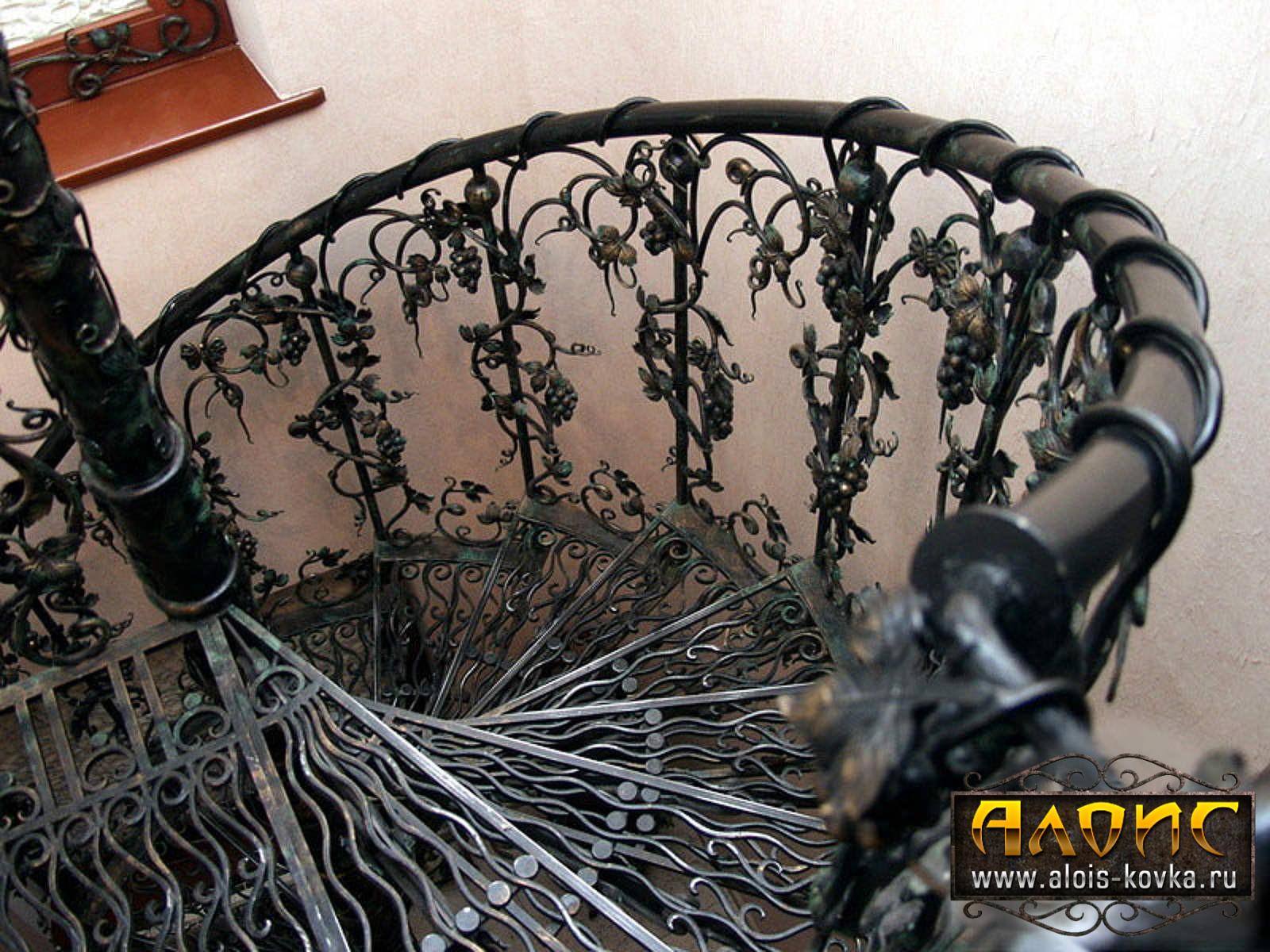 Красивые кованые лестницы в частных домах под заказ от производителя