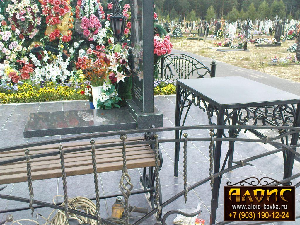 Столики и скамейки на кладбище