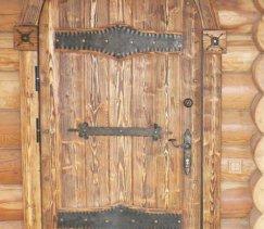 Двери в деревянном доме входные и межкомнатные